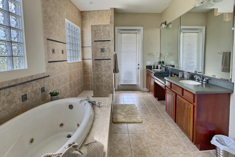 Ensuite - 2 Sinks, Shower & Jacuzzi Bath