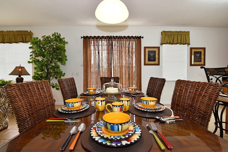 The breakfast dining area - seats 8